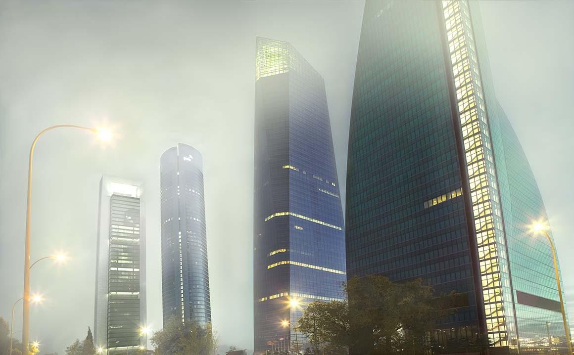 4 torres business area de madrid en noche de niebla