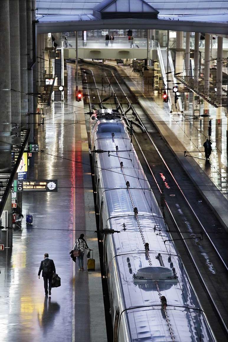 anden de estación de Atocha con viajero caminando